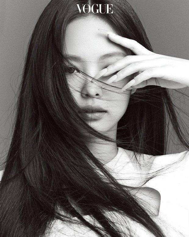 Trọn bộ ảnh tạp chí đang gây bão MXH của BLACKPINK: Rosé F5 tóc là lột xác hẳn, Lisa - Jisoo đột phá nhưng không át nổi Jennie - Ảnh 5.