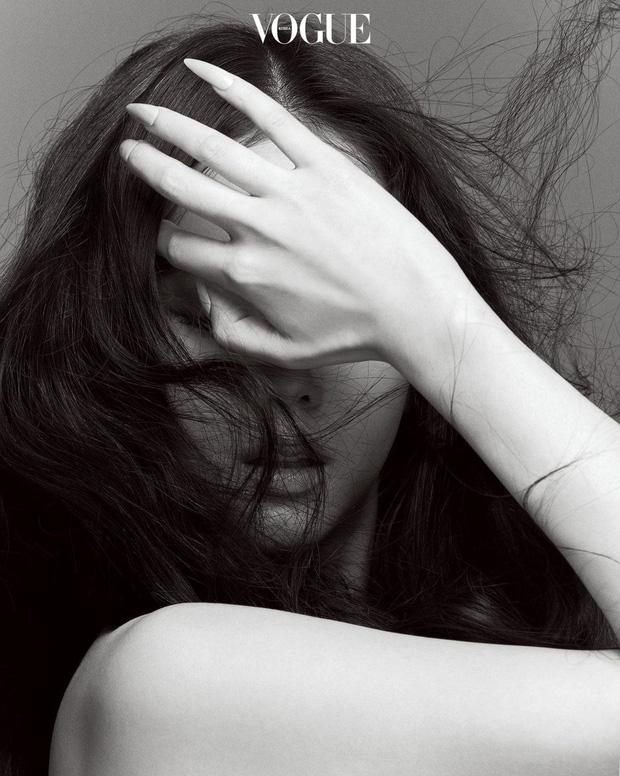 Trọn bộ ảnh tạp chí đang gây bão MXH của BLACKPINK: Rosé F5 tóc là lột xác hẳn, Lisa - Jisoo đột phá nhưng không át nổi Jennie - Ảnh 19.