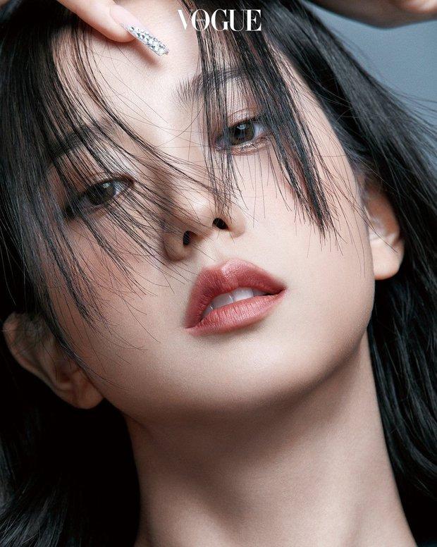 Trọn bộ ảnh tạp chí đang gây bão MXH của BLACKPINK: Rosé F5 tóc là lột xác hẳn, Lisa - Jisoo đột phá nhưng không át nổi Jennie - Ảnh 18.