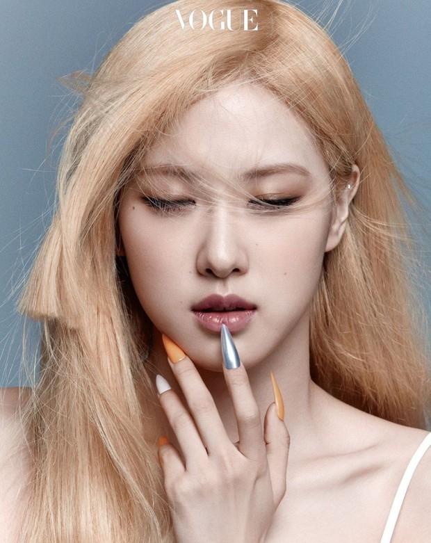 Trọn bộ ảnh tạp chí đang gây bão MXH của BLACKPINK: Rosé F5 tóc là lột xác hẳn, Lisa - Jisoo đột phá nhưng không át nổi Jennie - Ảnh 8.