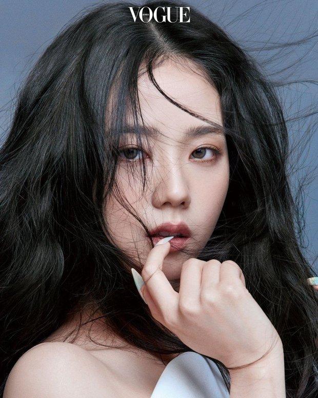 Trọn bộ ảnh tạp chí đang gây bão MXH của BLACKPINK: Rosé F5 tóc là lột xác hẳn, Lisa - Jisoo đột phá nhưng không át nổi Jennie - Ảnh 17.