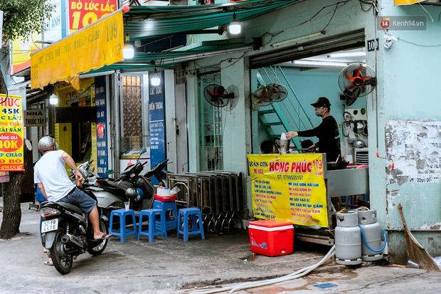 Quán xá Sài Gòn đồng loạt treo biển bán mang về: Nơi vẫn thấy đông người chờ mua, chỗ thì đóng cửa luôn vì quá ế ẩm - Ảnh 14.
