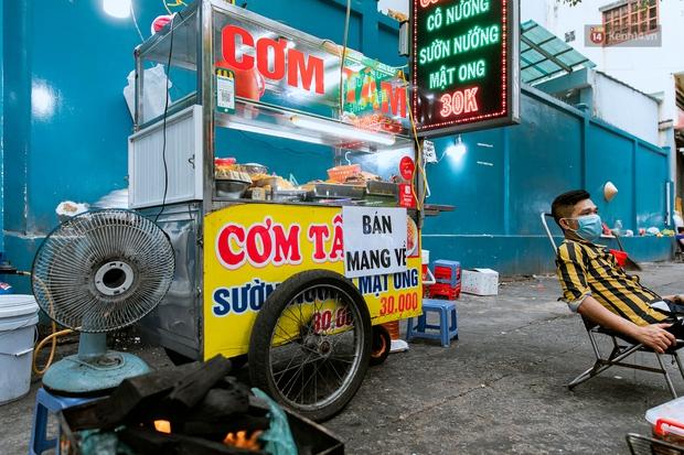 Quán xá Sài Gòn đồng loạt treo biển bán mang về: Nơi vẫn thấy đông người chờ mua, chỗ thì đóng cửa luôn vì quá ế ẩm - Ảnh 16.