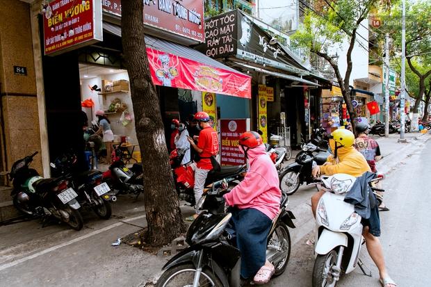 Quán xá Sài Gòn đồng loạt treo biển bán mang về: Nơi vẫn thấy đông người chờ mua, chỗ thì đóng cửa luôn vì quá ế ẩm - Ảnh 18.