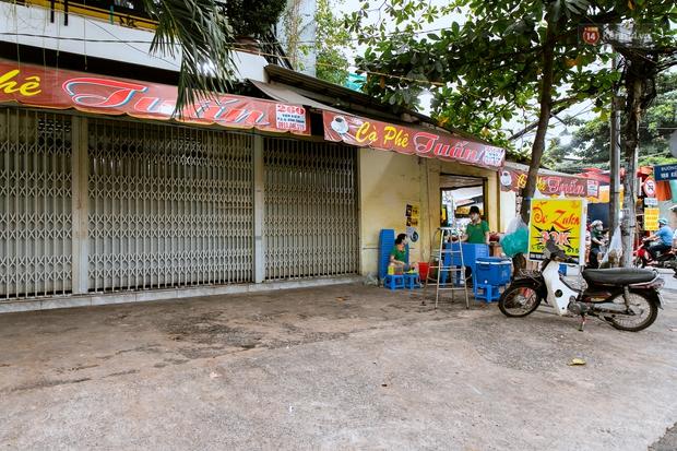 Quán xá Sài Gòn đồng loạt treo biển bán mang về: Nơi vẫn thấy đông người chờ mua, chỗ thì đóng cửa luôn vì quá ế ẩm - Ảnh 1.