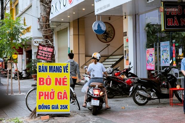 Quán xá Sài Gòn đồng loạt treo biển bán mang về: Nơi vẫn thấy đông người chờ mua, chỗ thì đóng cửa luôn vì quá ế ẩm - Ảnh 3.