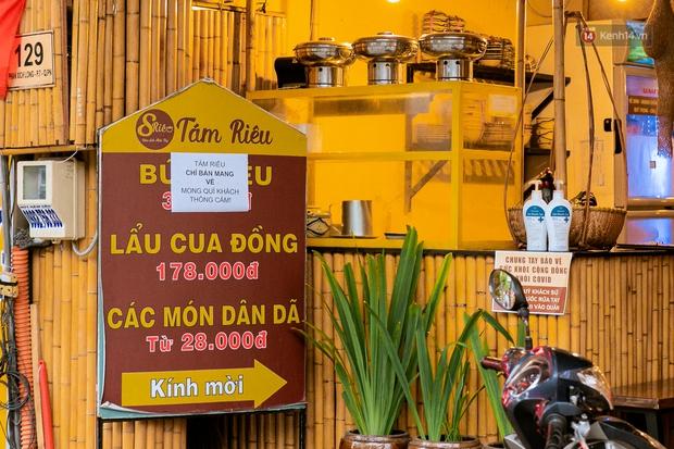 Quán xá Sài Gòn đồng loạt treo biển bán mang về: Nơi vẫn thấy đông người chờ mua, chỗ thì đóng cửa luôn vì quá ế ẩm - Ảnh 7.