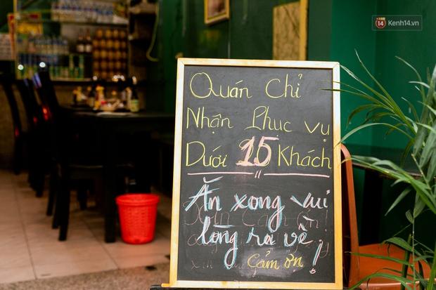 Quán xá Sài Gòn đồng loạt treo biển bán mang về: Nơi vẫn thấy đông người chờ mua, chỗ thì đóng cửa luôn vì quá ế ẩm - Ảnh 12.