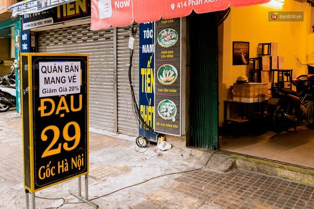 Quán xá Sài Gòn đồng loạt treo biển bán mang về: Nơi vẫn thấy đông người chờ mua, chỗ thì đóng cửa luôn vì quá ế ẩm - Ảnh 6.