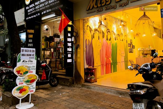 Quán xá Sài Gòn đồng loạt treo biển bán mang về: Nơi vẫn thấy đông người chờ mua, chỗ thì đóng cửa luôn vì quá ế ẩm - Ảnh 2.