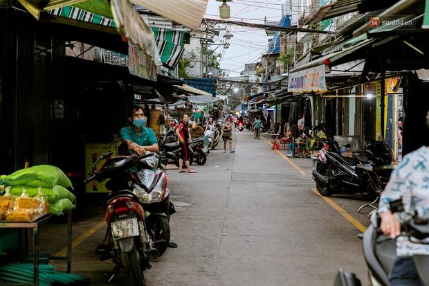 Quán xá Sài Gòn đồng loạt treo biển bán mang về: Nơi vẫn thấy đông người chờ mua, chỗ thì đóng cửa luôn vì quá ế ẩm - Ảnh 48.