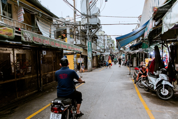 Quán xá Sài Gòn đồng loạt treo biển bán mang về: Nơi vẫn thấy đông người chờ mua, chỗ thì đóng cửa luôn vì quá ế ẩm - Ảnh 45.
