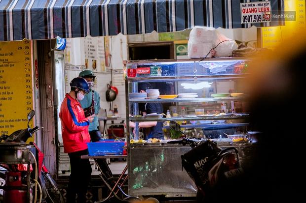 Quán xá Sài Gòn đồng loạt treo biển bán mang về: Nơi vẫn thấy đông người chờ mua, chỗ thì đóng cửa luôn vì quá ế ẩm - Ảnh 29.
