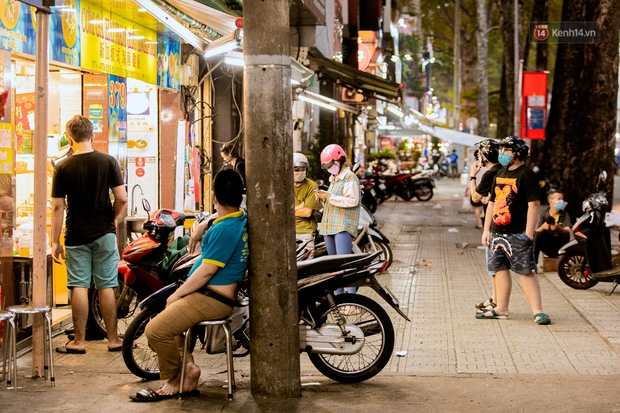 Quán xá Sài Gòn đồng loạt treo biển bán mang về: Nơi vẫn thấy đông người chờ mua, chỗ thì đóng cửa luôn vì quá ế ẩm - Ảnh 28.