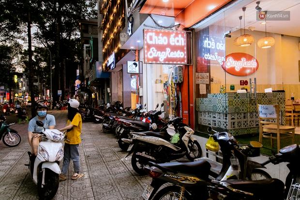 Quán xá Sài Gòn đồng loạt treo biển bán mang về: Nơi vẫn thấy đông người chờ mua, chỗ thì đóng cửa luôn vì quá ế ẩm - Ảnh 30.