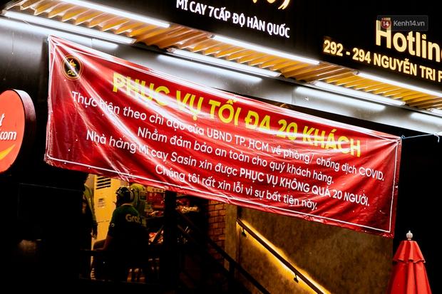 Quán xá Sài Gòn đồng loạt treo biển bán mang về: Nơi vẫn thấy đông người chờ mua, chỗ thì đóng cửa luôn vì quá ế ẩm - Ảnh 25.