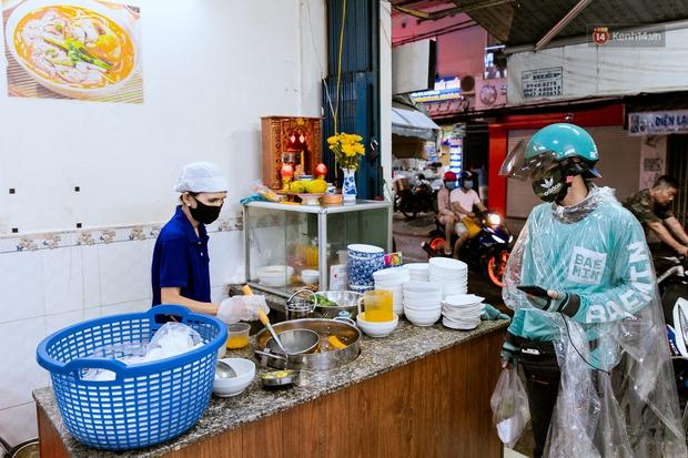 Quán xá Sài Gòn đồng loạt treo biển bán mang về: Nơi vẫn thấy đông người chờ mua, chỗ thì đóng cửa luôn vì quá ế ẩm - Ảnh 38.