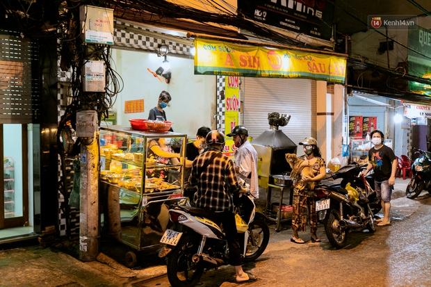 Quán xá Sài Gòn đồng loạt treo biển bán mang về: Nơi vẫn thấy đông người chờ mua, chỗ thì đóng cửa luôn vì quá ế ẩm - Ảnh 39.