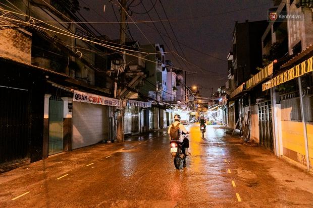 Quán xá Sài Gòn đồng loạt treo biển bán mang về: Nơi vẫn thấy đông người chờ mua, chỗ thì đóng cửa luôn vì quá ế ẩm - Ảnh 32.