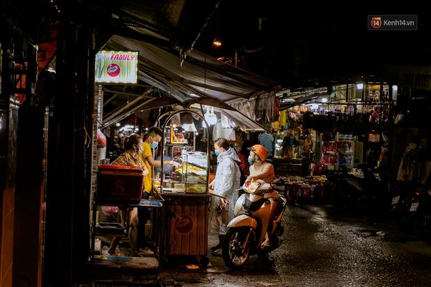 Quán xá Sài Gòn đồng loạt treo biển bán mang về: Nơi vẫn thấy đông người chờ mua, chỗ thì đóng cửa luôn vì quá ế ẩm - Ảnh 40.