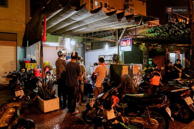 Quán xá Sài Gòn đồng loạt treo biển bán mang về: Nơi vẫn thấy đông người chờ mua, chỗ thì đóng cửa luôn vì quá ế ẩm - Ảnh 37.