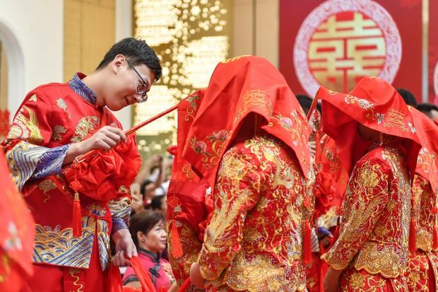 Nở rộ xu hướng gia đình hào môn gả con gái cho trai nhà nghèo ở Trung Quốc - Ảnh 1.