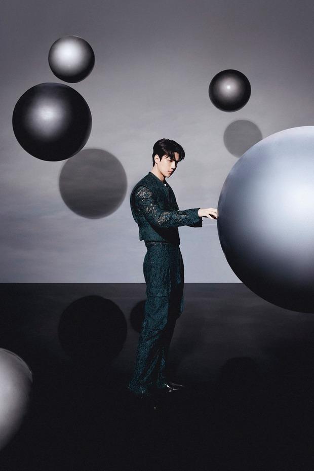 Bộ ảnh teaser comeback của EXO: Nhan sắc trẻ trung dù bị dìm, vốn được cài cắm hint từ MV của tình cũ Jennie? - Ảnh 27.