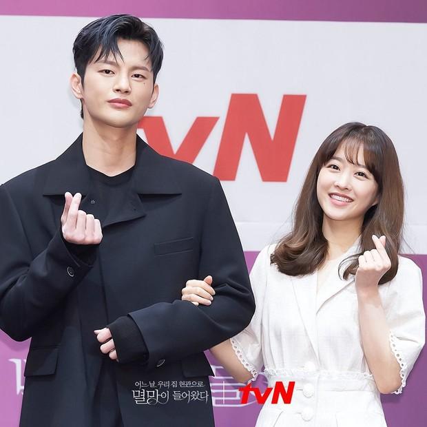 Giảm cân là cách trùng tu nhan sắc nhanh nhất: Nhìn màn lột xác của cặp đôi màn ảnh mới Park Bo Young - Seo In Guk là rõ! - Ảnh 2.