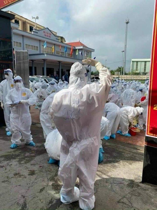 Hình ảnh bác sĩ nơi tâm dịch Bắc Giang khiến nhiều người xót xa: Phía sau lớp áo bảo hộ là tấm lưng cháy nắng phồng rộp - Ảnh 1.