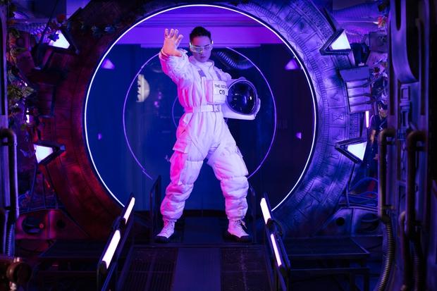 Hóa thân thành phi hành gia, Thanh Duy chơi lớn khi đầu tư hẳn cả… tàu vũ trụ tại The Heroes - Ảnh 3.