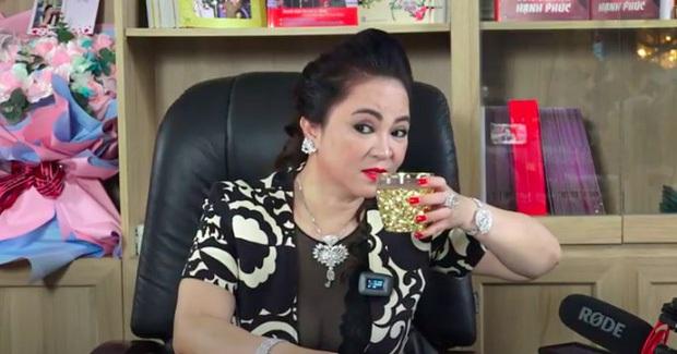 Bỏ 200k sắm cốc mạ vàng để uống miếng nước cũng sang như bà Phương Hằng chủ Đại Nam - Ảnh 2.