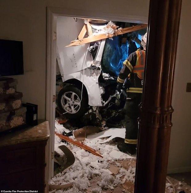 Hi hữu: Ô tô trên trời rơi xuống thủng mái nhà lúc nửa đêm, tài xế xe bay còn xin... ngủ nhờ vì quá sợ - Ảnh 1.