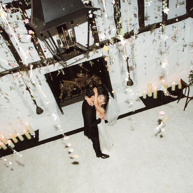 HOT: Không còn giấu giếm nữa, Ariana Grande tung bộ ảnh cưới nét căng đét, hôn đắm đuối ông xã đại gia kém 2 tuổi - Ảnh 9.
