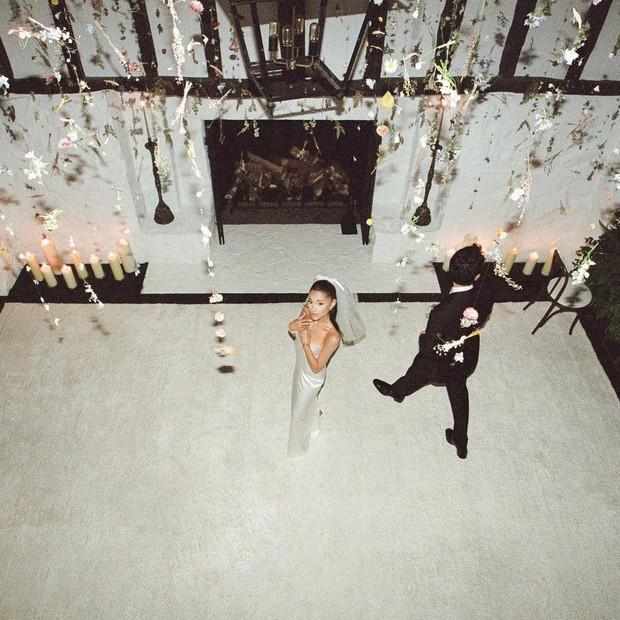HOT: Không còn giấu giếm nữa, Ariana Grande tung bộ ảnh cưới nét căng đét, hôn đắm đuối ông xã đại gia kém 2 tuổi - Ảnh 8.