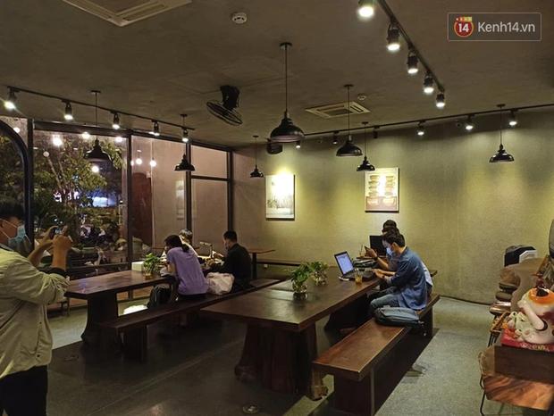 3 quán cafe ở Sài Gòn bị xử phạt 60 triệu đồng vì nhận hàng chục khách ngồi tại chỗ - Ảnh 1.