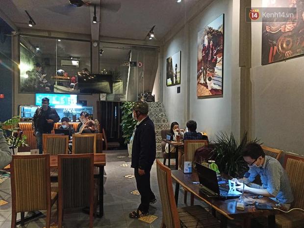3 quán cafe ở Sài Gòn bị xử phạt 60 triệu đồng vì nhận hàng chục khách ngồi tại chỗ - Ảnh 2.