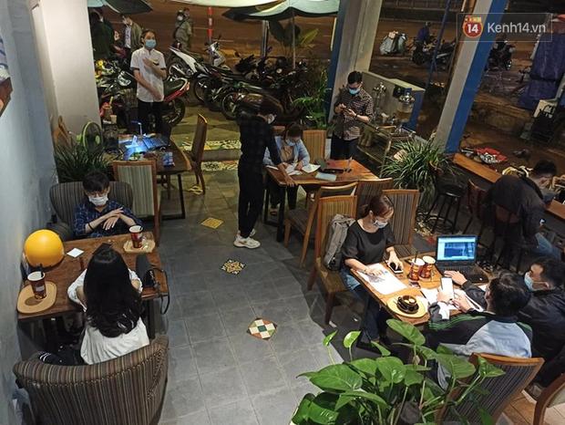 3 quán cafe ở Sài Gòn bị xử phạt 60 triệu đồng vì nhận hàng chục khách ngồi tại chỗ - Ảnh 3.