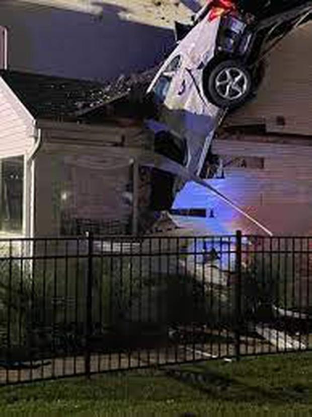 Hi hữu: Ô tô trên trời rơi xuống thủng mái nhà lúc nửa đêm, tài xế xe bay còn xin... ngủ nhờ vì quá sợ - Ảnh 3.