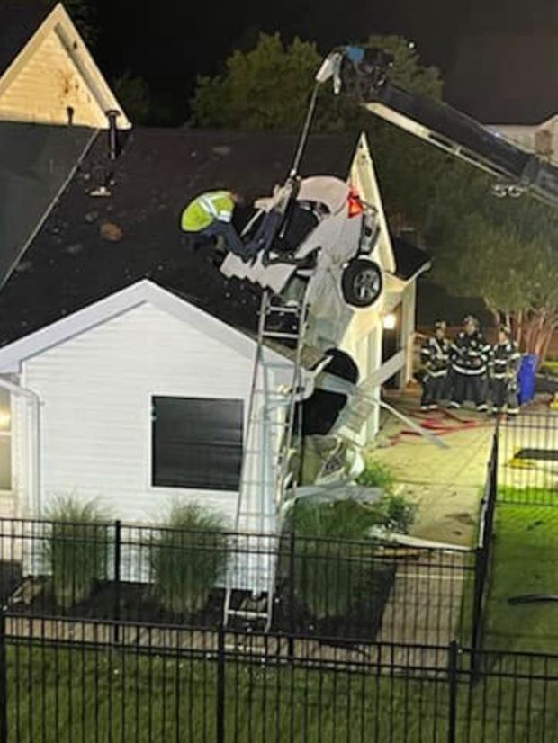 Hi hữu: Ô tô trên trời rơi xuống thủng mái nhà lúc nửa đêm, tài xế xe bay còn xin... ngủ nhờ vì quá sợ - Ảnh 6.