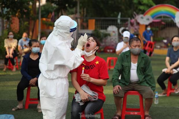 Ba nhân viên y tế ở Bắc Giang lây nhiễm COVID-19 khi lấy mẫu - Ảnh 1.