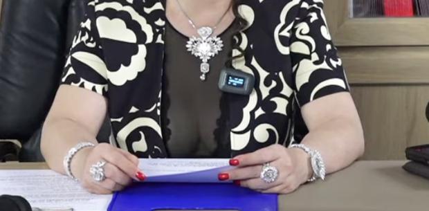 """""""Sáng mắt"""" với BST kim cương trĩu cổ, nặng tay của bà Phương Hằng mỗi tập livestream: Quý zị ai làm lại không? - Ảnh 2."""