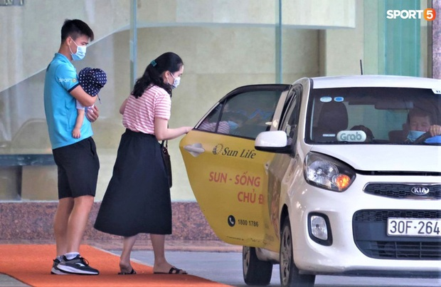 Quỳnh Anh kể khoảnh khắc cảm động trước giờ tạm biệt Duy Mạnh: Con trai đập cửa xe đòi ra với bố, Duy Mạnh chạy theo để bế con - Ảnh 1.