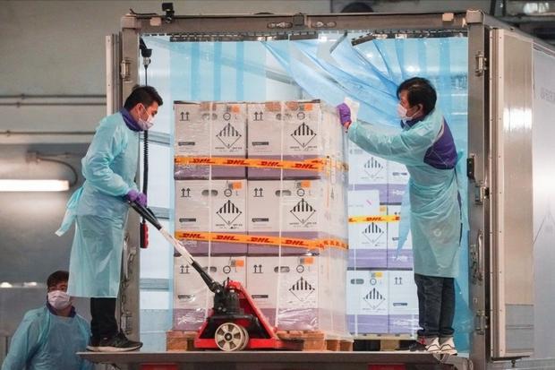 Hong Kong (Trung Quốc) đau đầu tìm cách xử lý vaccine sắp hết hạn - Ảnh 1.