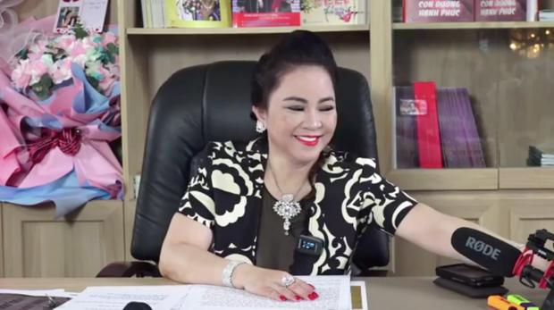 Một vật nhỏ xíu trong livestream của bà Phương Hằng khiến dân tình trầm trồ về độ sang chảnh của gia đình nữ đại gia - Ảnh 1.