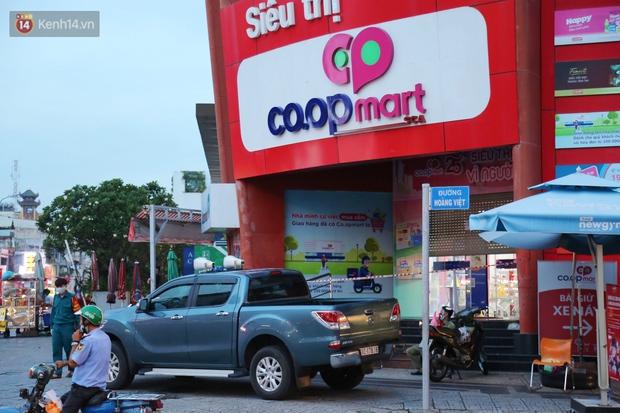 ẢNH: Phong tỏa, đóng cửa một siêu thị Co.op mart ở TP.HCM vì liên quan đến ca nhiễm Covid-19 - Ảnh 1.