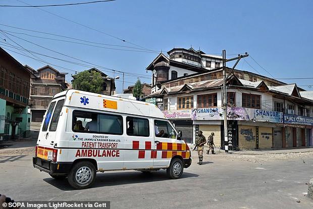 Cô gái 22 tuổi bị cưỡng hiếp tập thể bên trong xe cứu thương Ấn Độ, cách dụ dỗ của những kẻ biến thái khiến ai nấy đều căm phẫn tột độ - Ảnh 1.