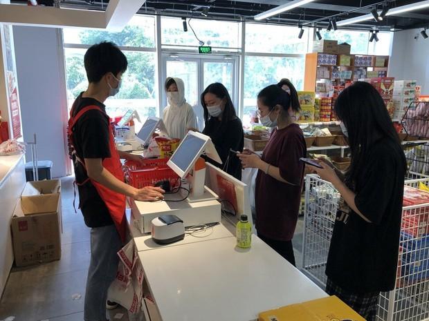 Giới trẻ Trung Quốc rủ nhau mua đồ sắp hết hạn về ăn cho tiết kiệm, sống theo phương châm tôi nghèo tôi có quyền - Ảnh 2.