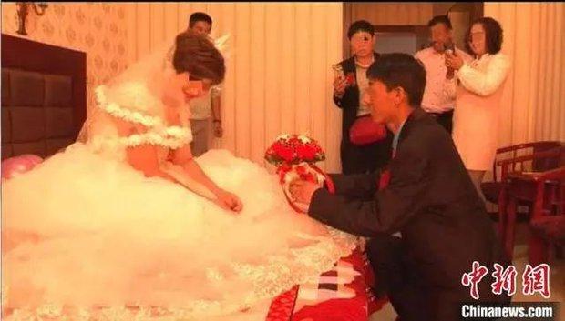 Đang lướt mạng thì thấy video vợ mới cưới đang làm đám cưới với kẻ khác, người đàn ông vội báo cảnh sát mới biết được sự thật phũ phàng - Ảnh 1.