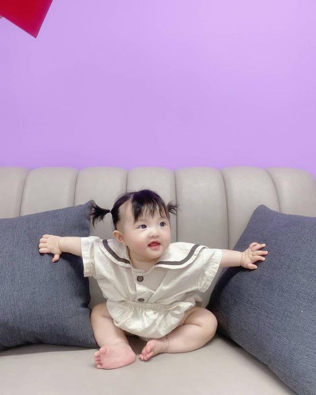 Mới 7 tháng tuổi, con gái cưng của Đông Nhi đã tập đi, nhìn biểu cảm hớn hở là biết có một siêu quậy nhí đây rồi! - Ảnh 6.
