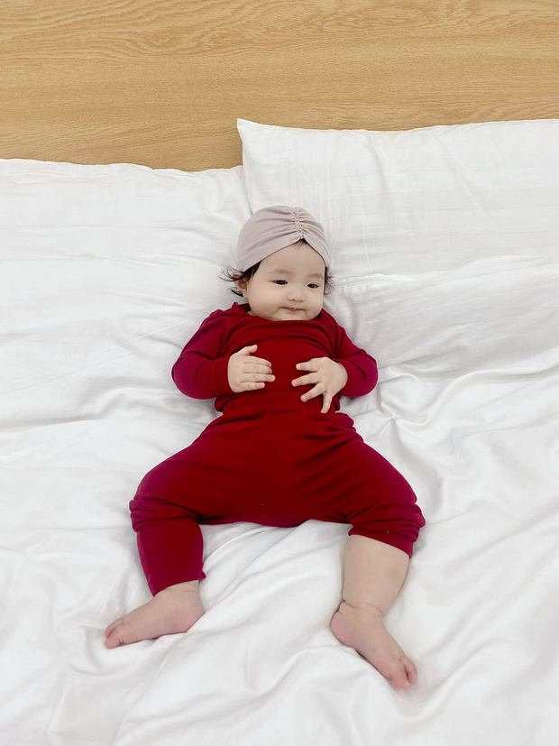 Mới 7 tháng tuổi, con gái cưng của Đông Nhi đã tập đi, nhìn biểu cảm hớn hở là biết có một siêu quậy nhí đây rồi! - Ảnh 7.